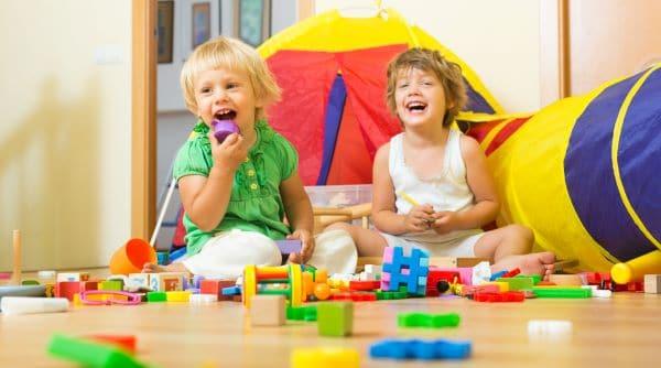 crianças pequenas brincando com blocos